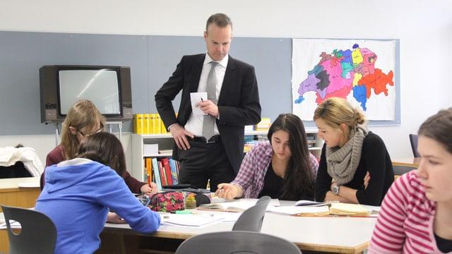 Der Zuger Bildungsdirektor Stephan Schleiss in einem Schulzimmer.