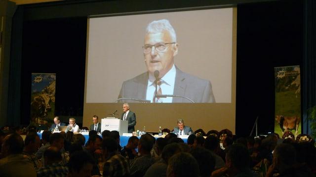 Der zmp-Vorstand auf der Bühne. Die Videoprojektion zeigt gross Präsident Thomas Oehen.