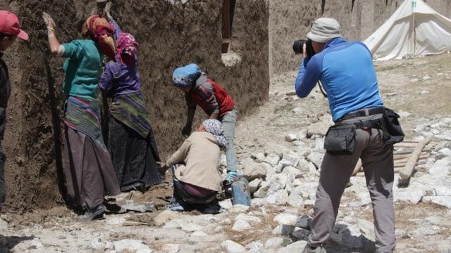 Fotograf Manuel Bauer hilft im Himalaya ein Dorf umzusiedeln