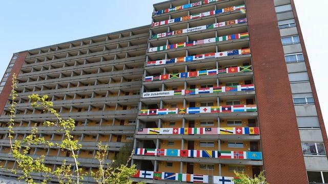 Blick auf den Weiermattwohnblock mit 110 Flaggen an der Fassade
