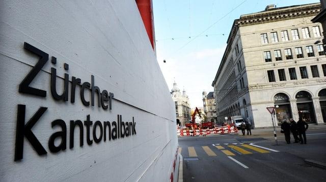 Schriftzug der Zürcher Kantonalbank auf einer Baustellenabschrankung am Hauptsitz der ZKB an der Zürcher Bahnhofstrasse