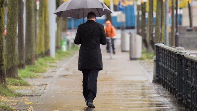 Mann mit Schirm.
