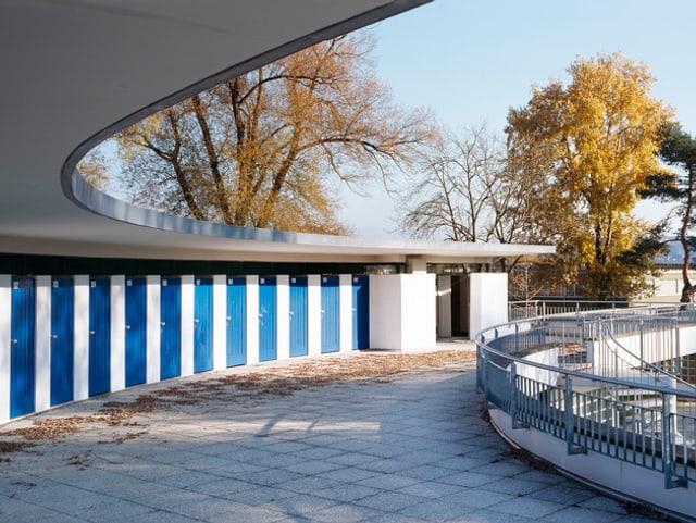 Blaue Türen der Umkleidekabinen