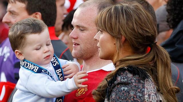 Der kleine Kai mit Papa Wayne und Coleen Rooney.