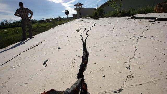 Risse in der Gefängnismauer nach dem Erdbeben in Sumatra, Indonesien, im April 2012.