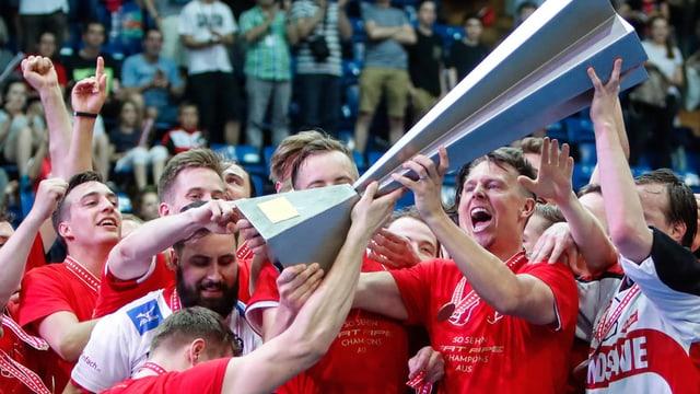 Die Mannschaft hebt den Pokal in die Höhe