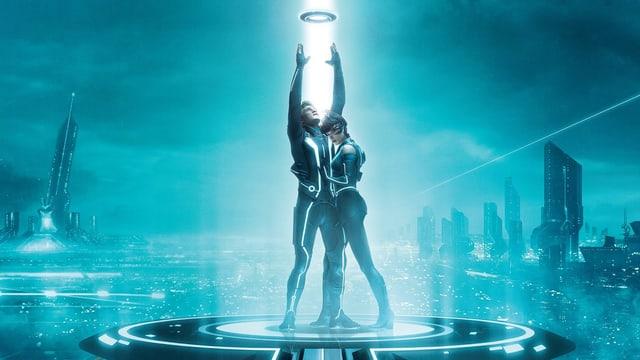 Ein Mann streckt sich nach einem fliegenden Diskus aus. Eine Frau umarmt ihn. Beide stehen auf einem Podest in einer futuristisch anmutenden Welt.