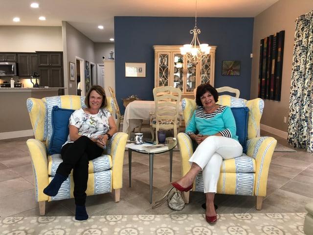 Lee (links) und Marina in gelben Sesseln.