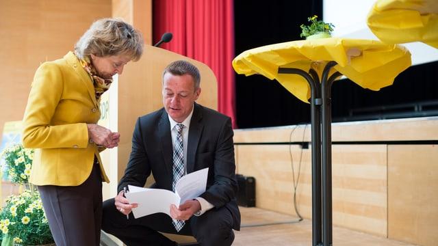 Bundesrätin Eveline Widmer-Schlumpf (linke Seite) und Parteipräsident Martin Landolt ein Dokument studierend