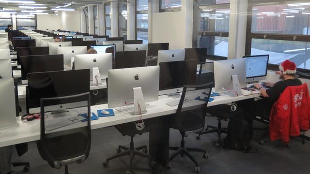 Ein Raum voller Computer und Schüler