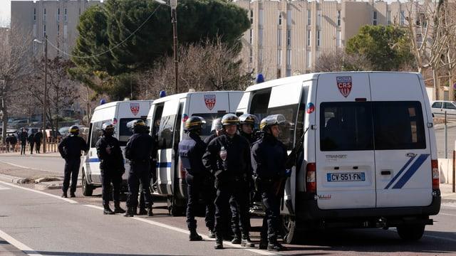 L'unitad da polizia d'elita DIPN è en acziun en il quatier Castellane en il nord da Marseille.
