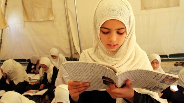 Afghanische Schülerinnen in einem Zelt.