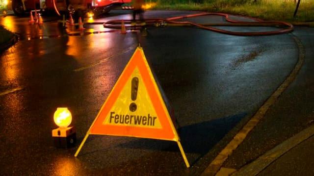 Ein Schild der Feuerwehr auf einer Strasse