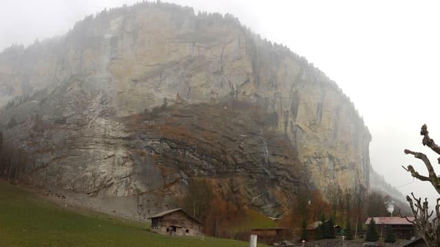 Eine Felsfluh mit Spuren des Felssturzes.