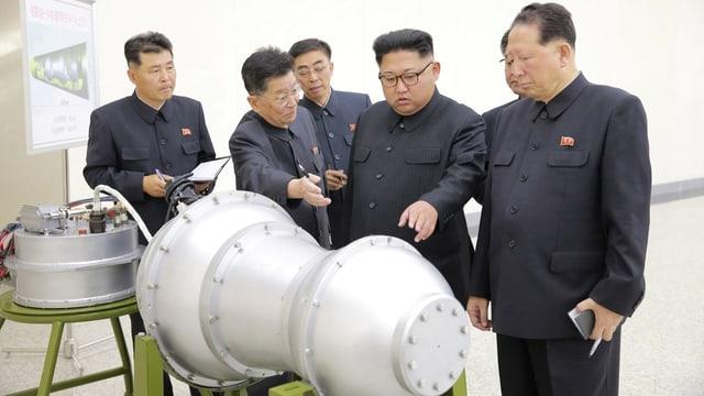 Nordkoreas Machthaber Kim zeigt auf einen Metallbehälter