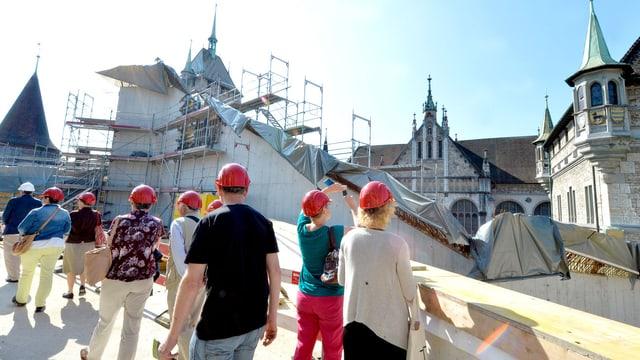 Besucher auf der Baustelle des Landesmuseums in Zürich.