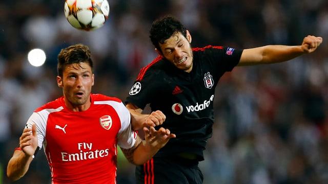Arsenals Olivier Giroud (l.) duelliert sich mit Besiktas' Pedro Franco.