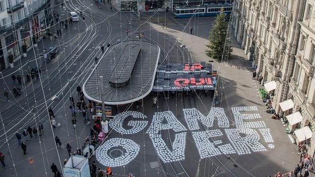 Der Schriftzug Game ober prangt am Boden des Zürcher Paradeplatzes.