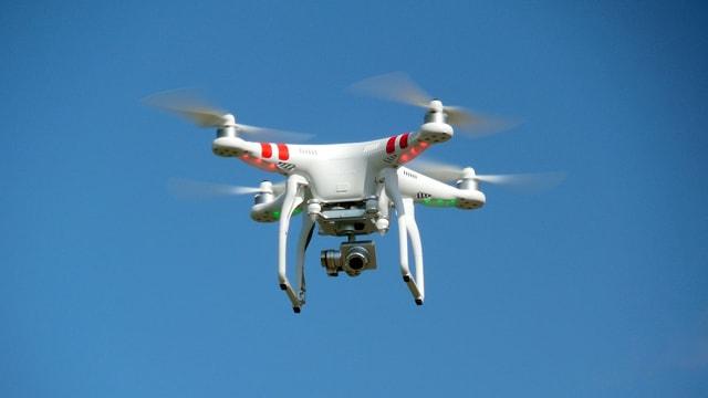 Drohne vor blauem Himmel