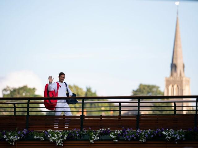 Roger Federer winkt in Wimbledon