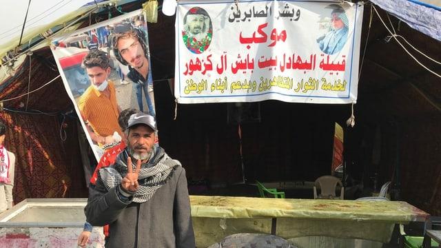 Radio-Chef Adil Al-Bahadili Abu Hatim posiert vor seiner Station.