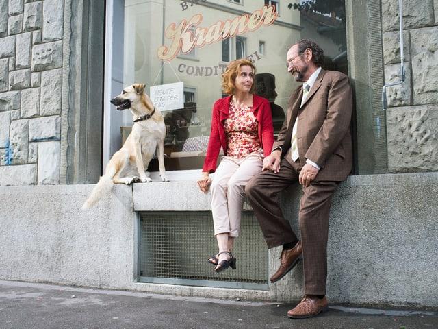 Hund Leika, die alleinerziehende Marlene (Karin Pfammatter) und der langjährige Hausmeister Joseph (Herbert Leiser) vor ihrem alten Haus an der Weststrasse.