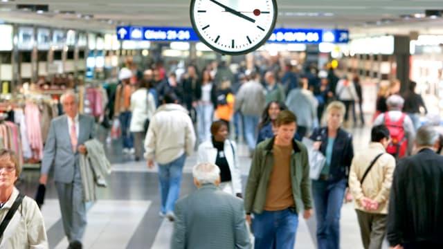 Passanten am Bahnhof