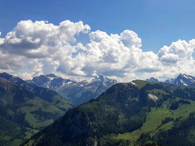 Quellwolken über Bergwelt.