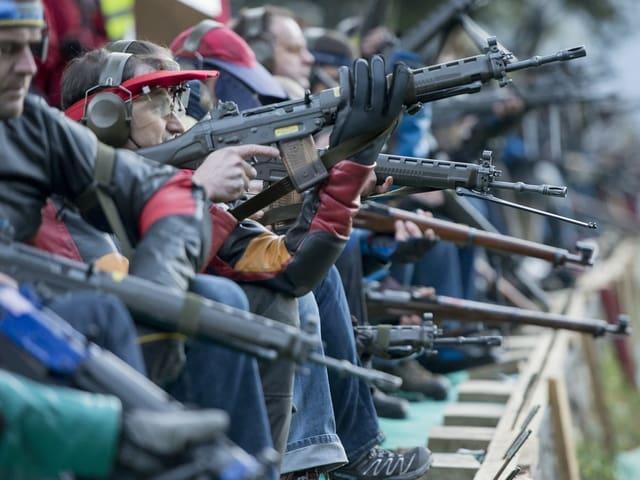 Il referendum cunter l'adattaziun da la lescha d'armas es vegni inoltrà cun 125'000 suttascripziuns.