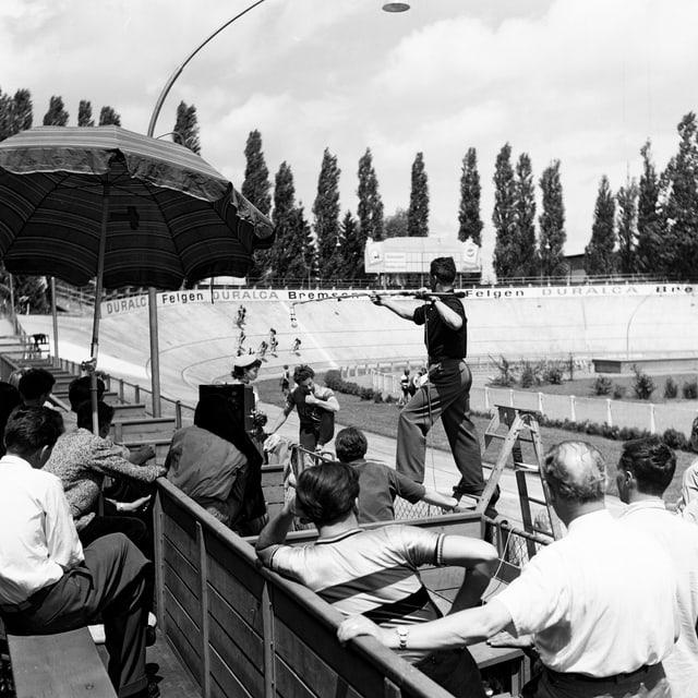 Kameraleute und Zuschauer am Sechs-Tage-Rennen.
