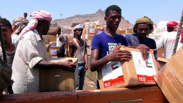 Abitants dal Jemen cun rauba d'agid.