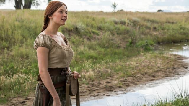 Emma Cullen steht neben einem Fluss.