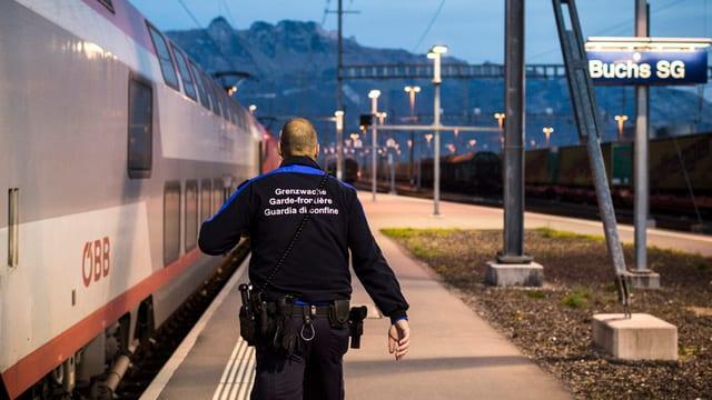 Ein Grenzwächter am Bahnhof Buchs.