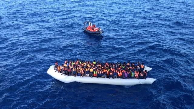 Ina bartga cun fugitivs en la Mar Mediterana.