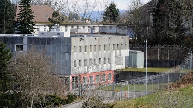 Dreistöckiges Gefängnis mit Zaun rundherum