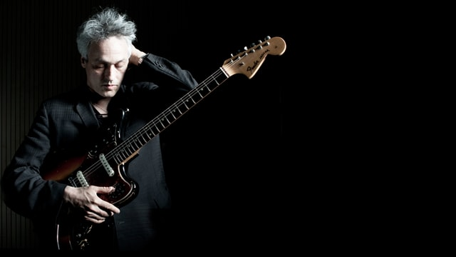 Marc Ribot mit seiner Gitarre.