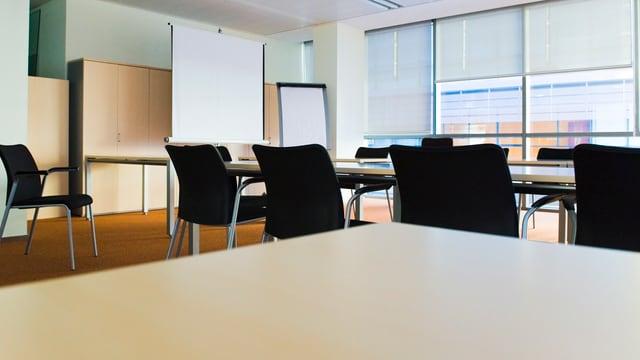 Ein leeres Sitzungszimmer