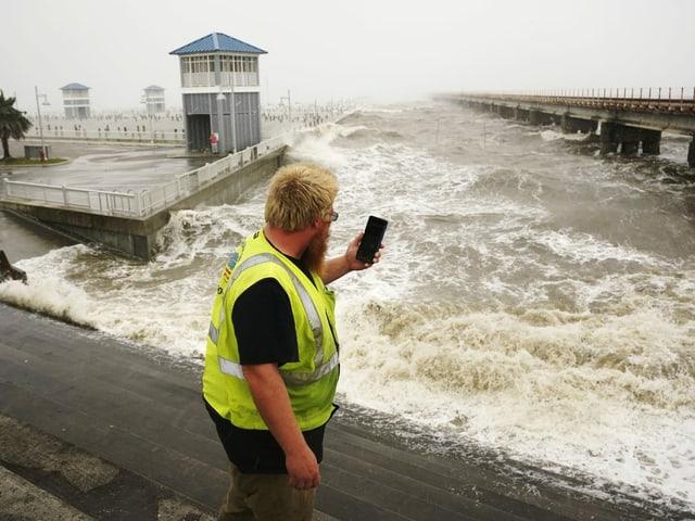 Hohe Wellen im städtischen Jachthafen von Bay Saint Louis, Mississippi.