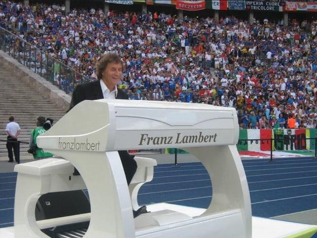 Franz Lambert sitzt an seiner Orgel im Stadion und spielt.