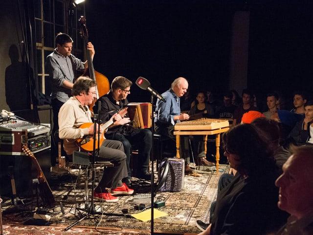 Der Musiker Max Lässer (l.) und sein Überlandorchester hat die DRS- und SRF-Mundartler während Jahren auf ihren Auftritten durch die Deutschschweiz begleitet. Hier 2015 in der Stanzerei in Baden: 8Mit dem Publikum greifbar nah – da springt der Funke!