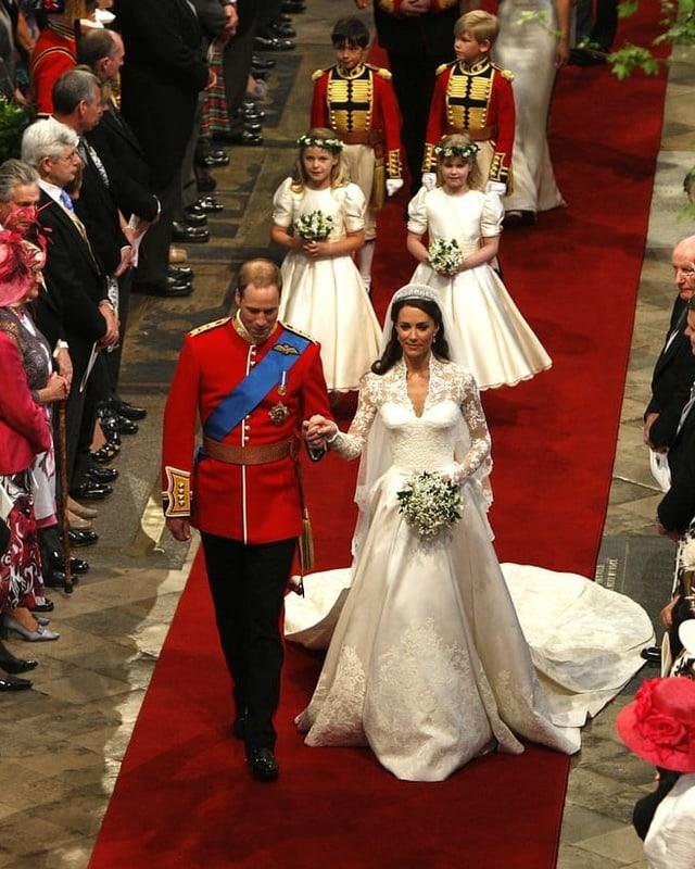 Hochzeitspaar läuft in Kirche