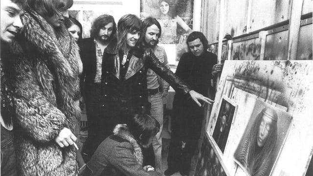 Musiker der Band ELP schauen Bilder des Künstlers HR Giger an.