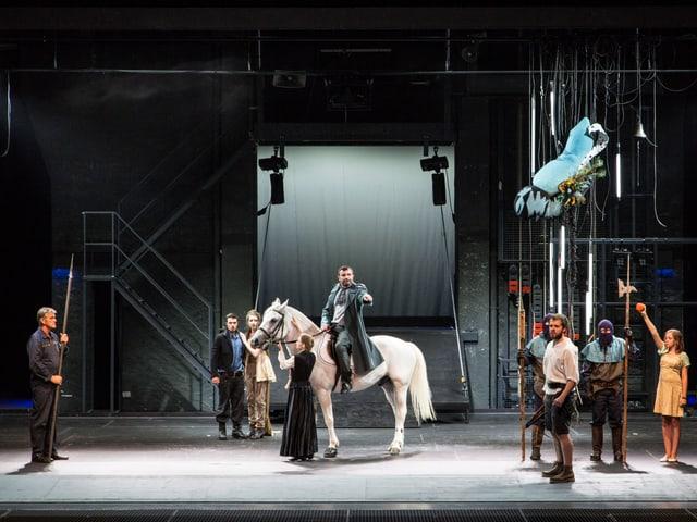 Szene aus Tellspiele in Altdorf mit dem Hut auf der Stange