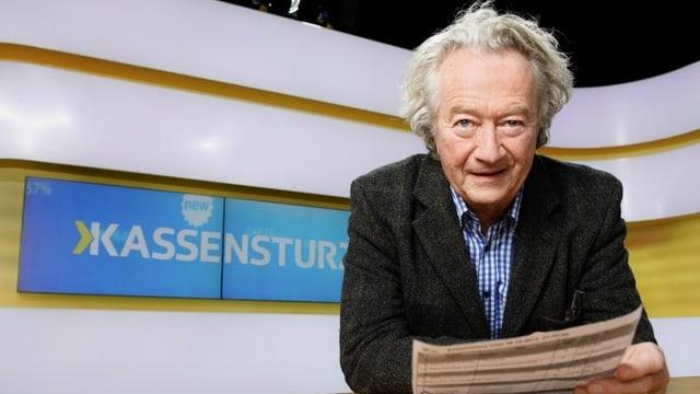 Kassensturz-Sprecher Peter Kner im Kassensturz-Studio, am Pult lehnend