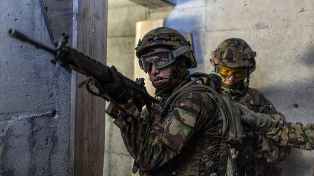 Zwei Grenadiere der Schweizer Armee während einer Übung.