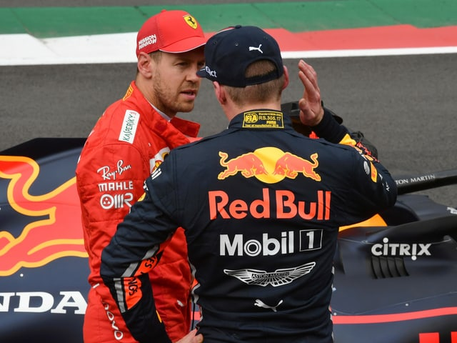 Max Verstappen analysiert die Lage mit Sebastian Vettel.