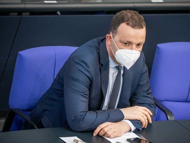 Jens Spahn verfolgt im Plenum eine Debatte