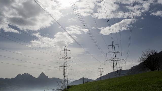 Hochspannungsleitungen in den Bergen bei Goldau im Kanton Schwyz.