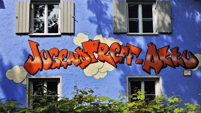 blaues Haus mit Aufschrift Jugendtreff-Akku