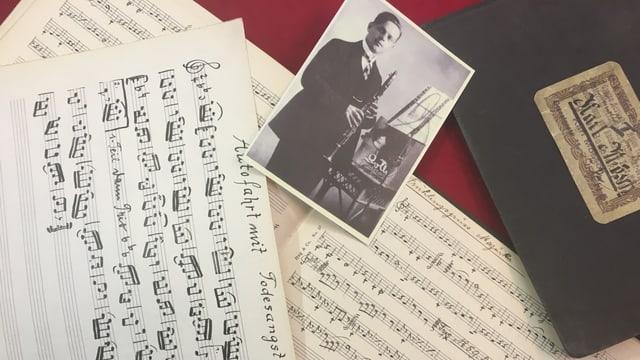 Handgeschriebene Noten und ein Foto von Kasi Geisser liegen auf einem Tisch.